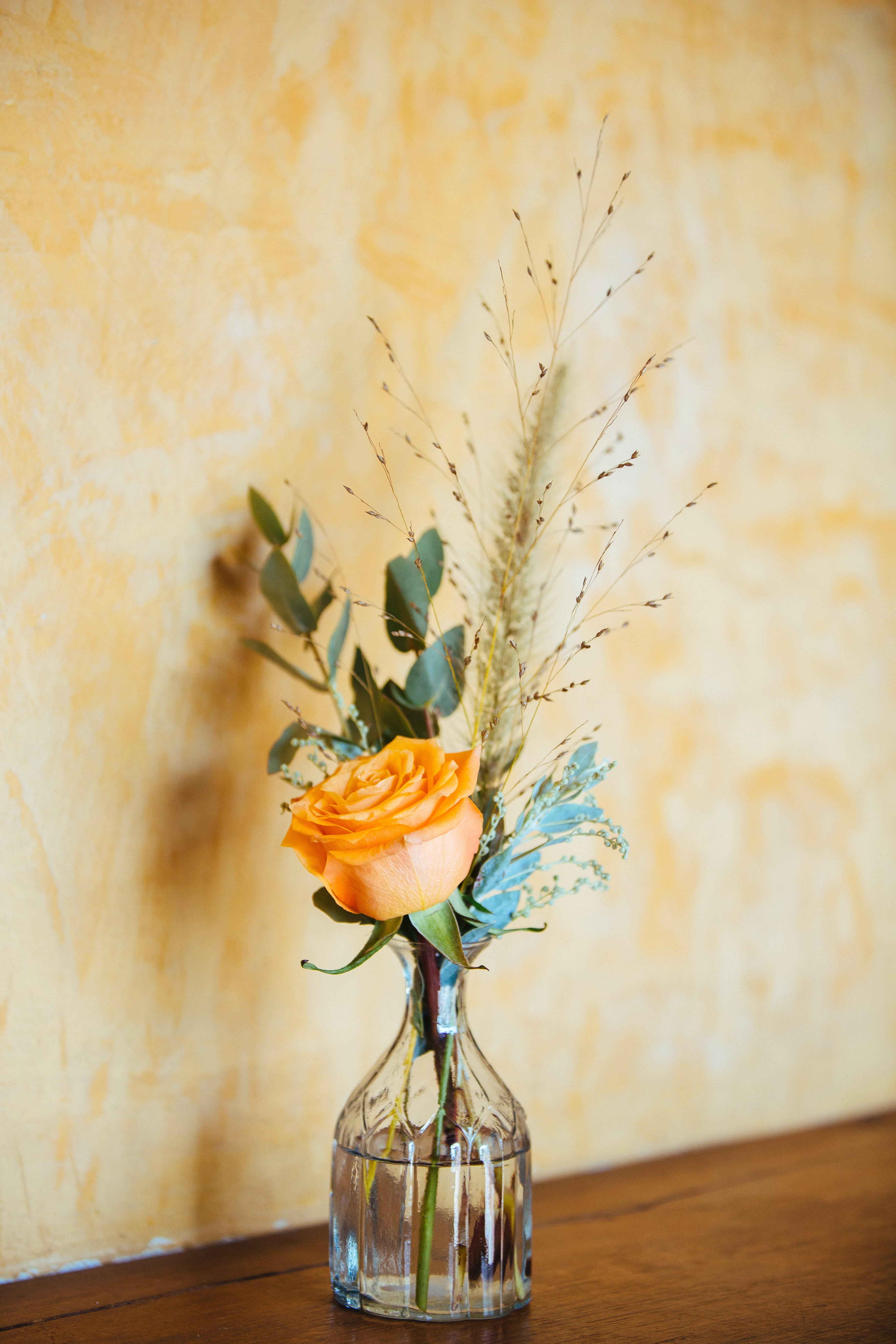 décoration de mariage orange - livre d'or - urne - composition florale orange