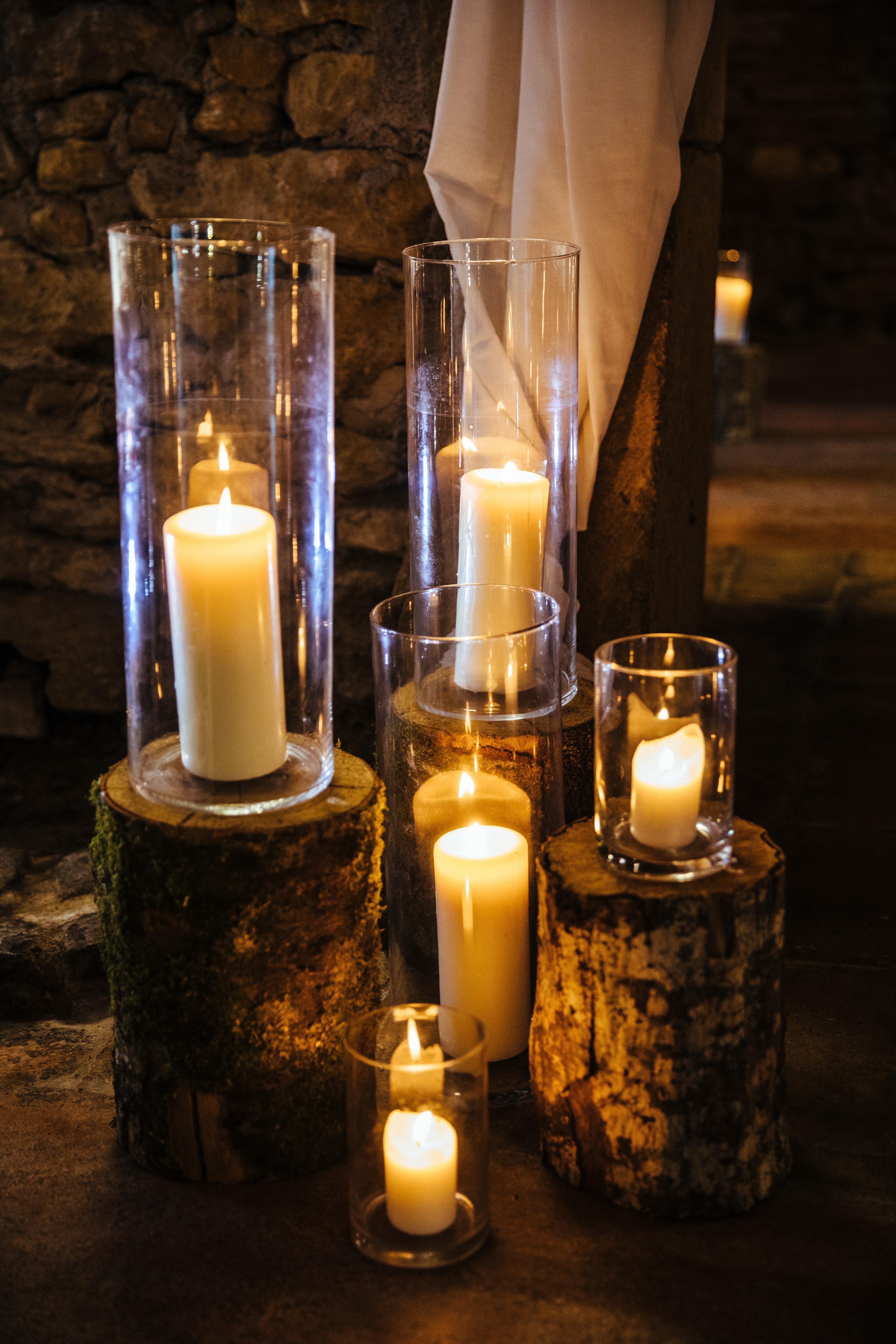 décoration de mariage orange - cérémonie laïque - rondin de bois et bougies