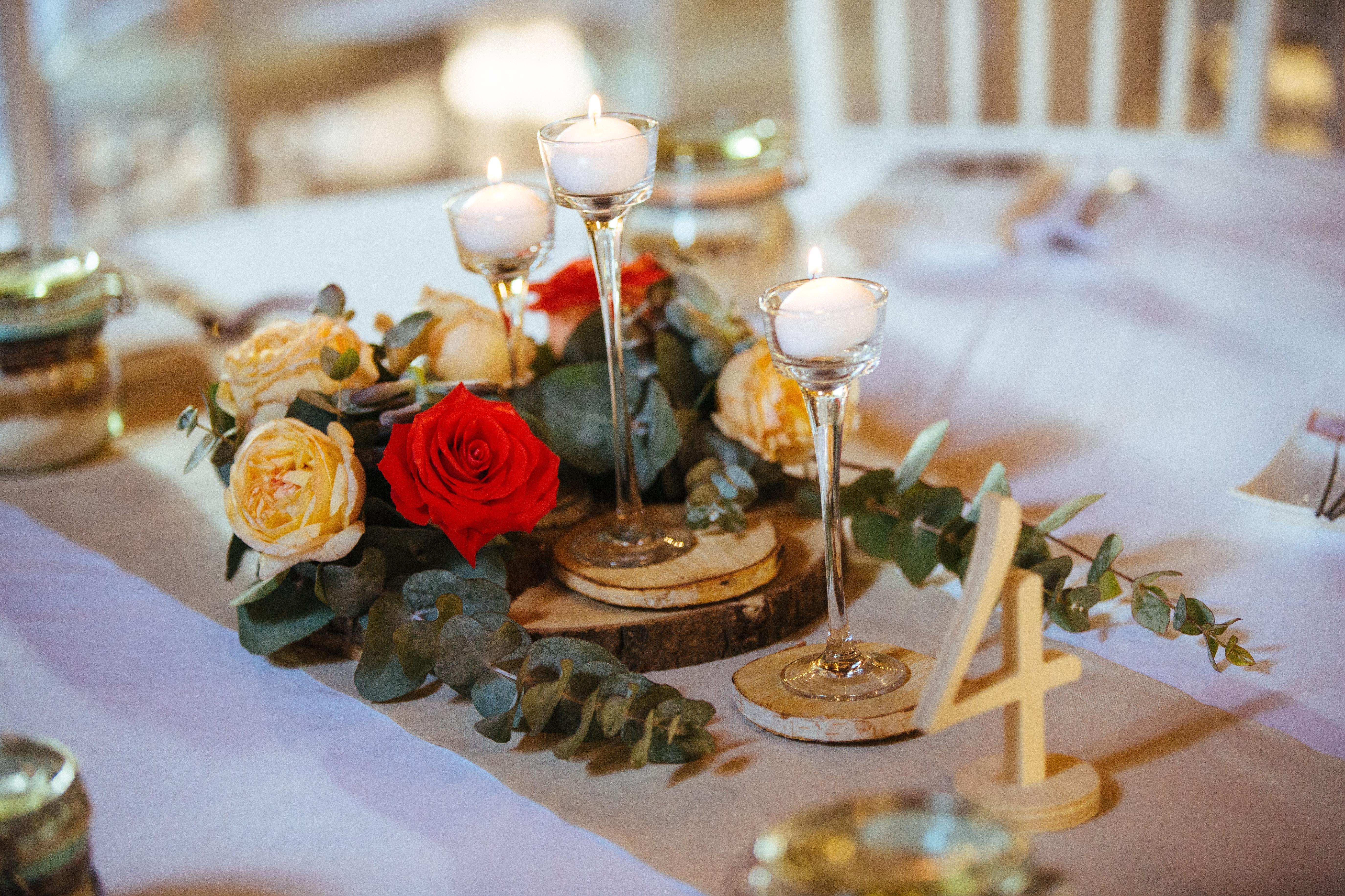 décoration de mariage orange - centre de table - numéro de table en bois - bougeoirs en verre - rondin de bois