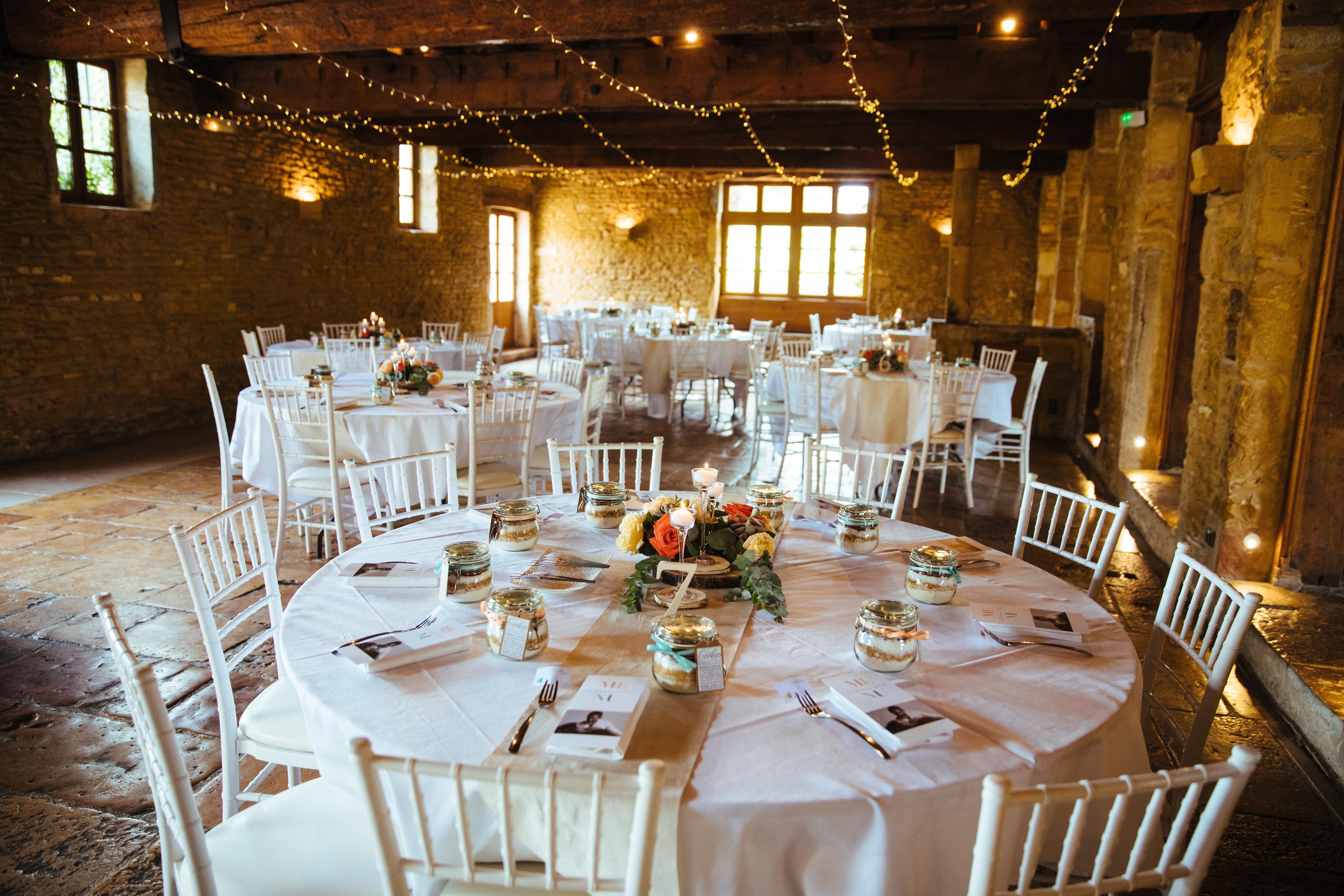 décoration de mariage orange - centre de table - numéro de table en bois - bougeoirs en verre - rondin de bois - plafond lumineux - guirlande LED