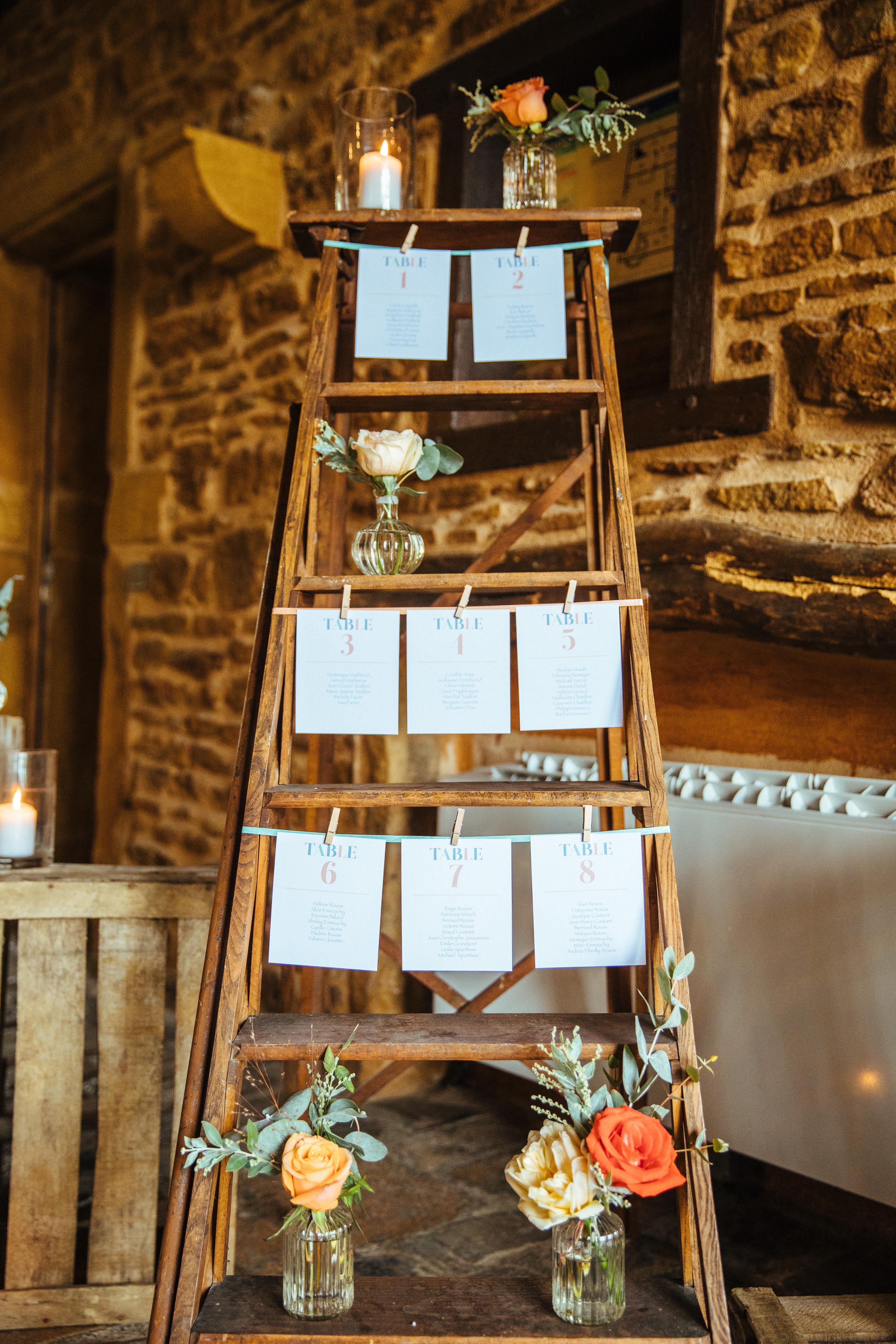 décoration de mariage orange - plan de table - escabeau