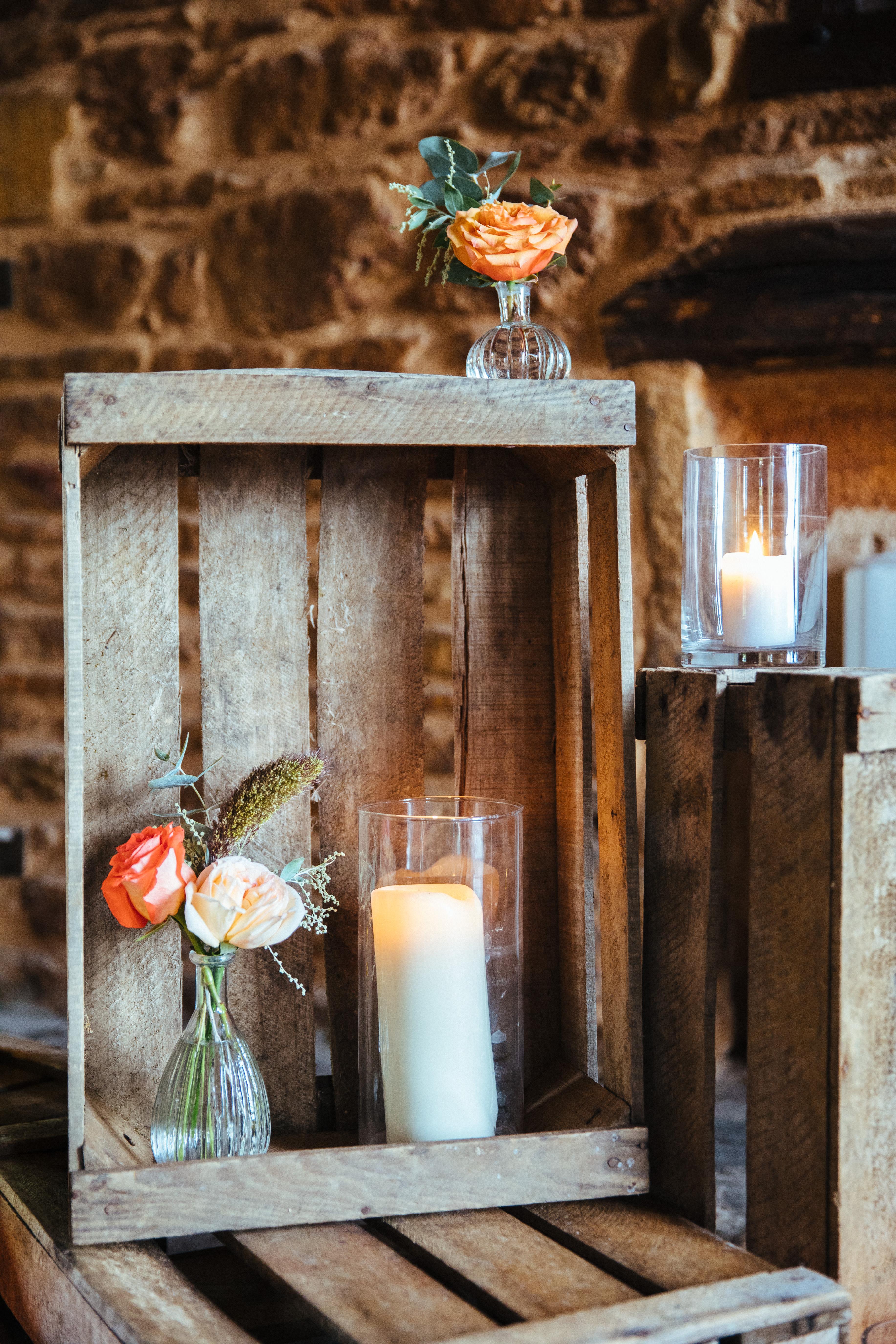 décoration de mariage orange - plan de table - caisses à fruit - bougie - bouquet de fleurs oranges