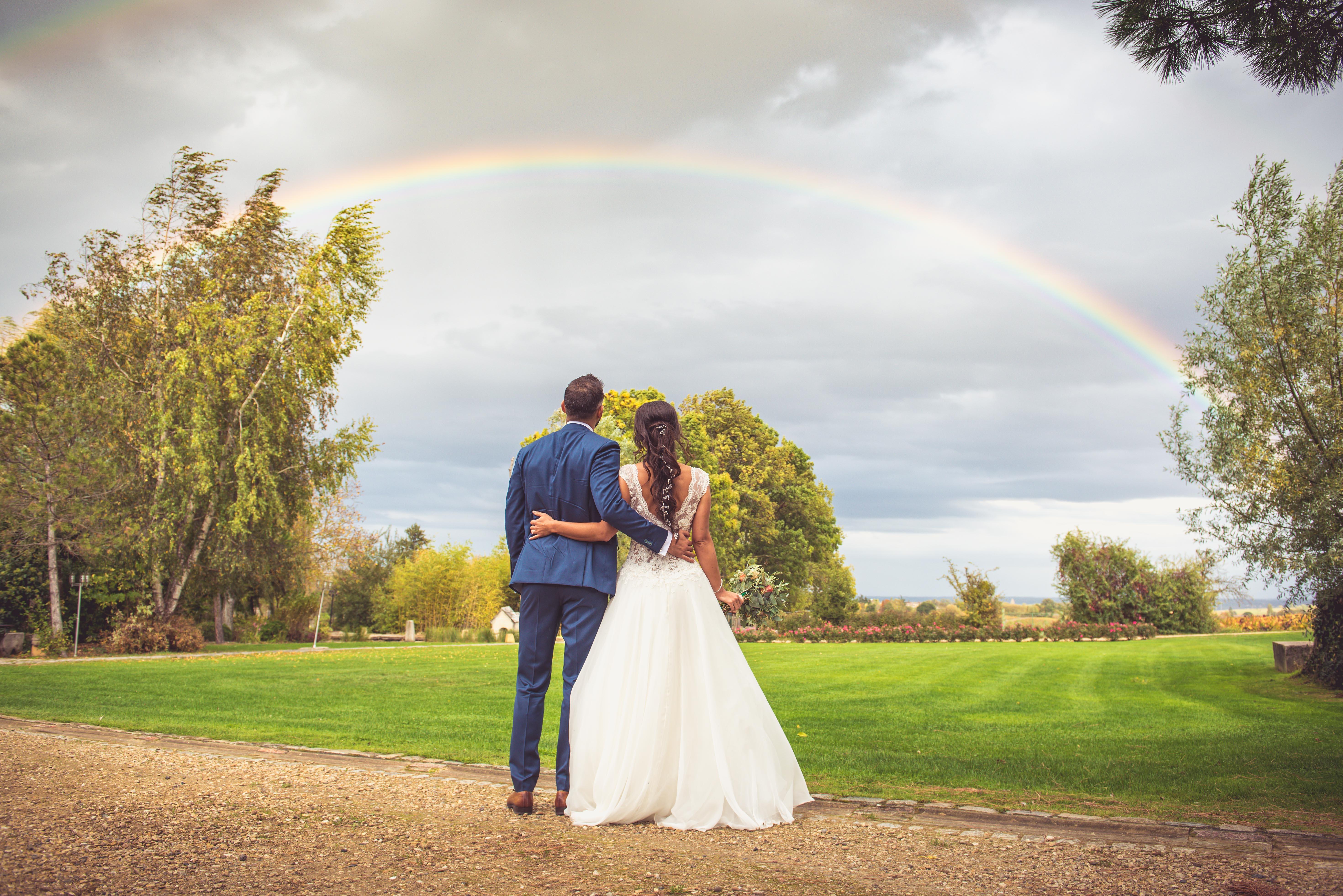 décoration de mariage orange - photo de mariés arc-en-ciel