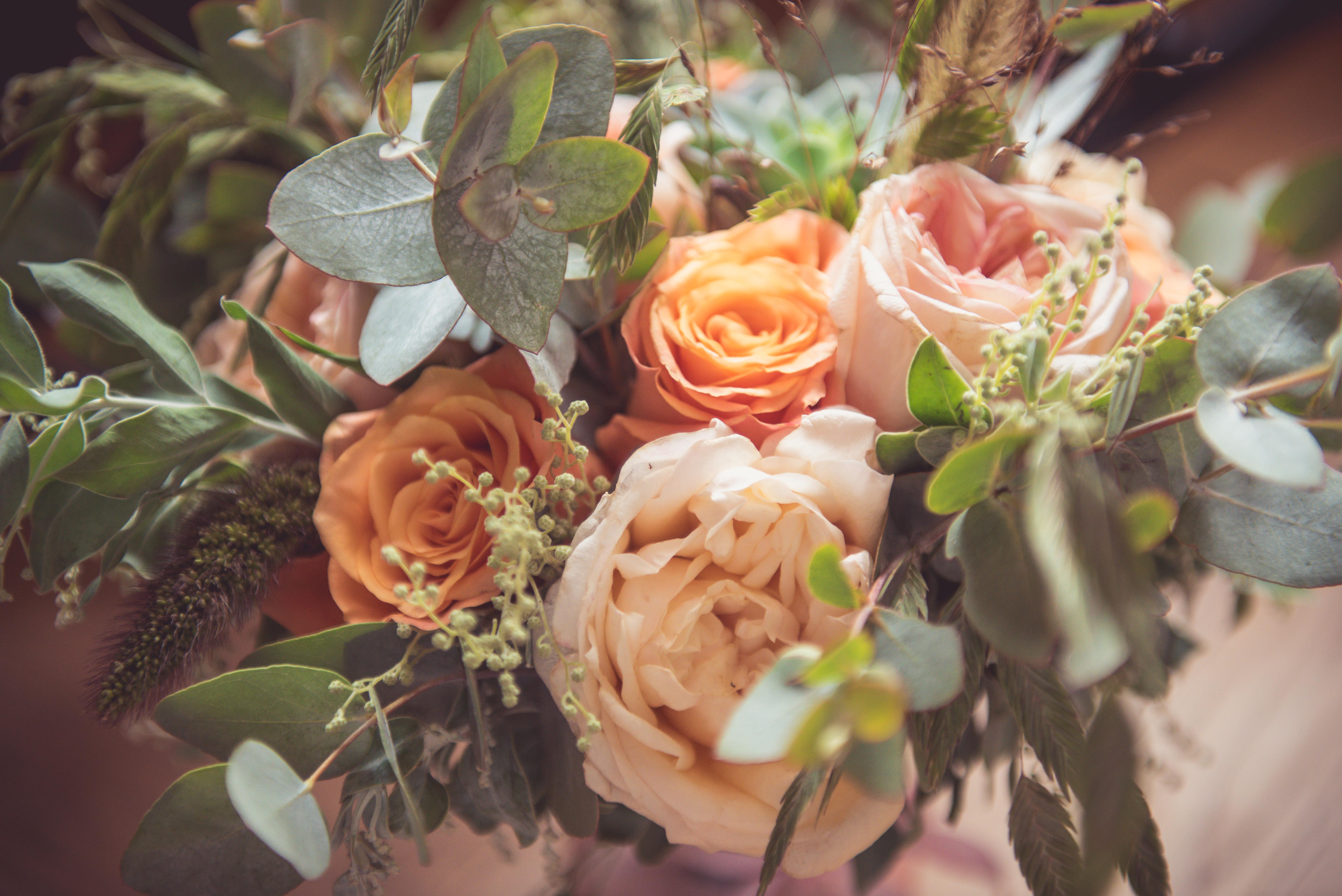 décoration de mariage orange - bouquet de mariée - rose - eucalyptus - graminés