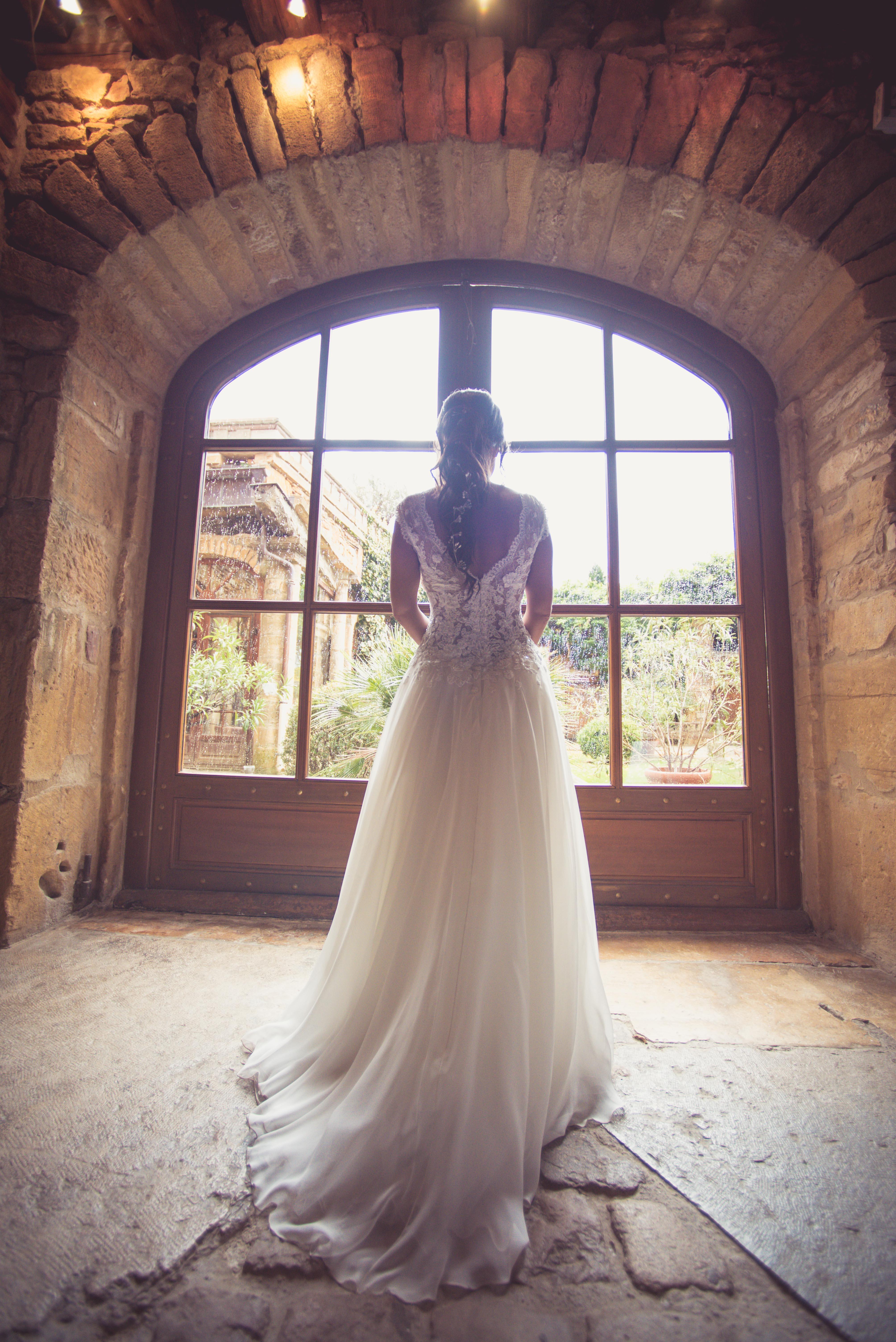 décoration de mariage orange - la mariée - robe de mariée - dos robe de mariée - tresse lache - coiffure de mariée