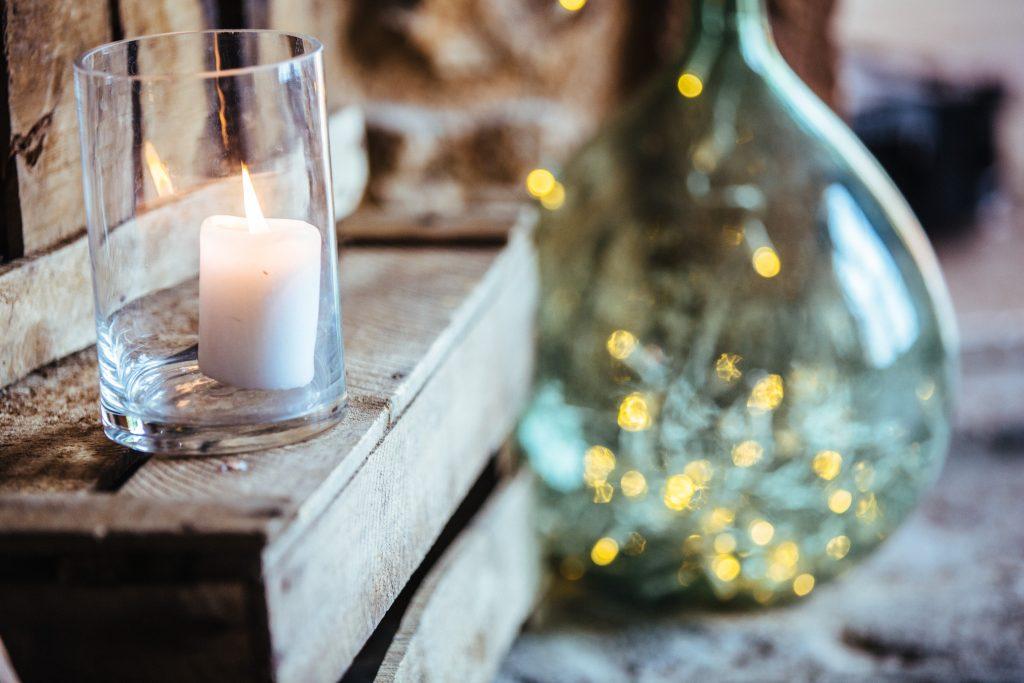 Bougies et caisses anciennes pour votre déco de mariage