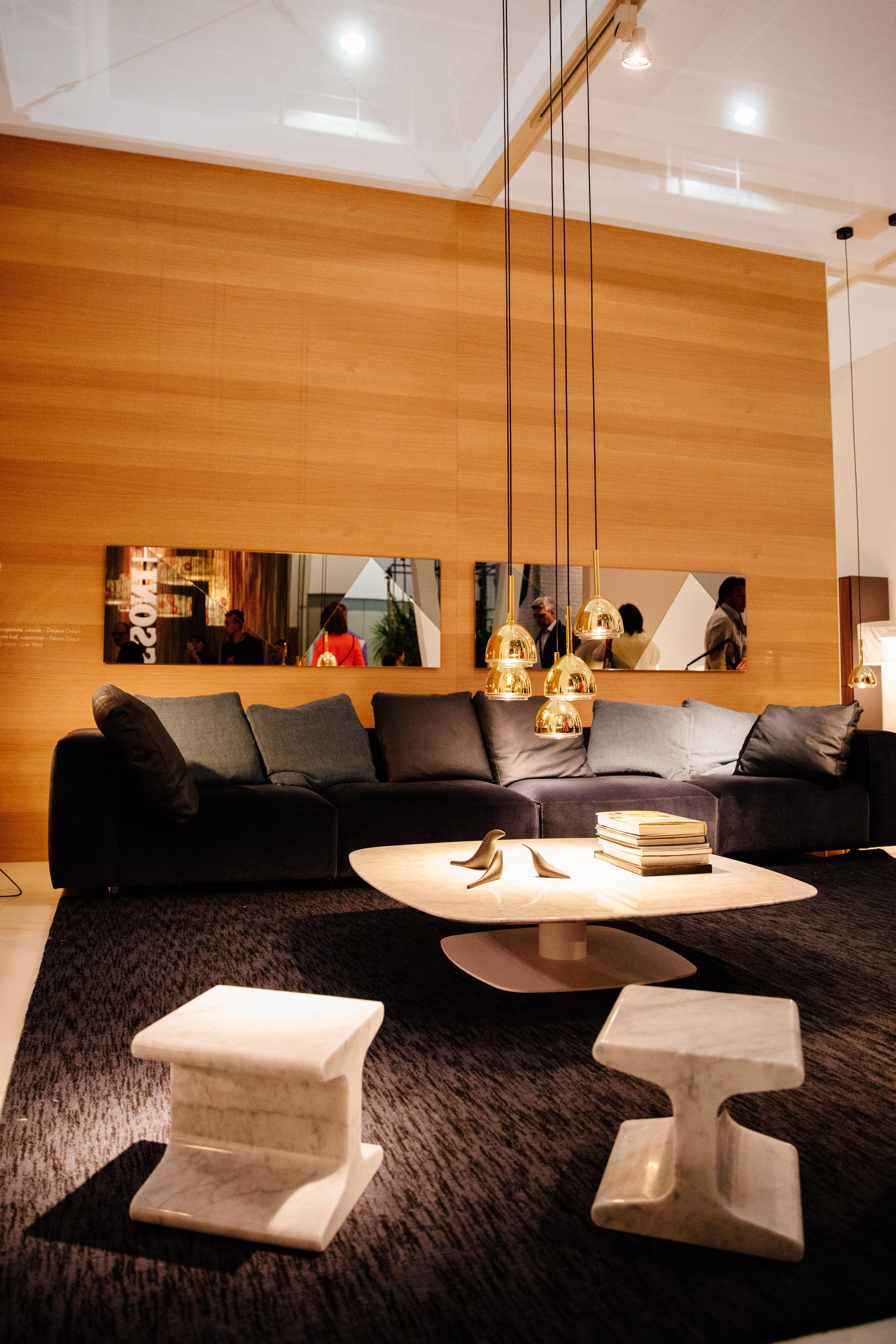décoration vert et doré - mur de bois - luminaire doré - mobilier en marbre