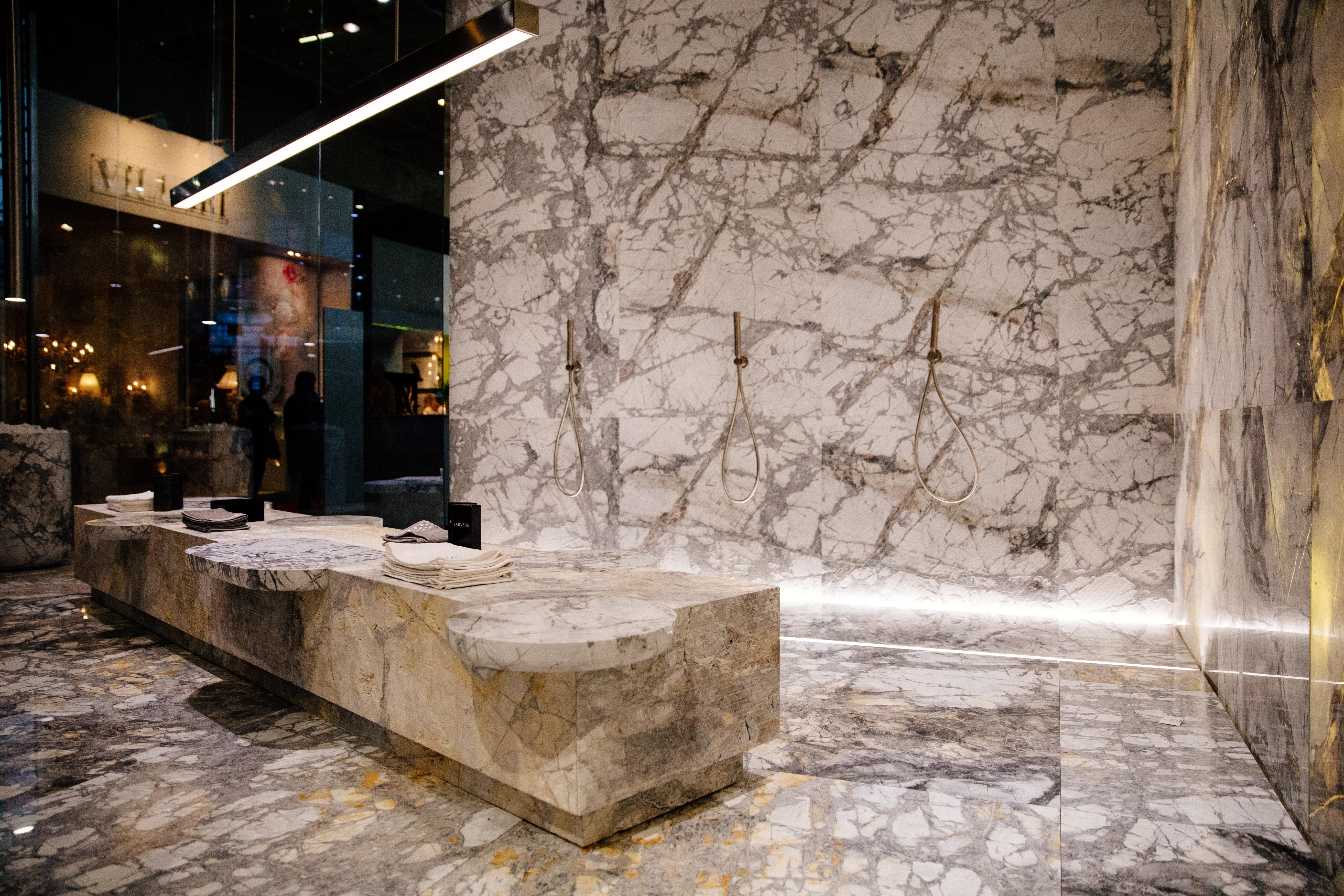 décoration vert et doré - salle de bain en marbre