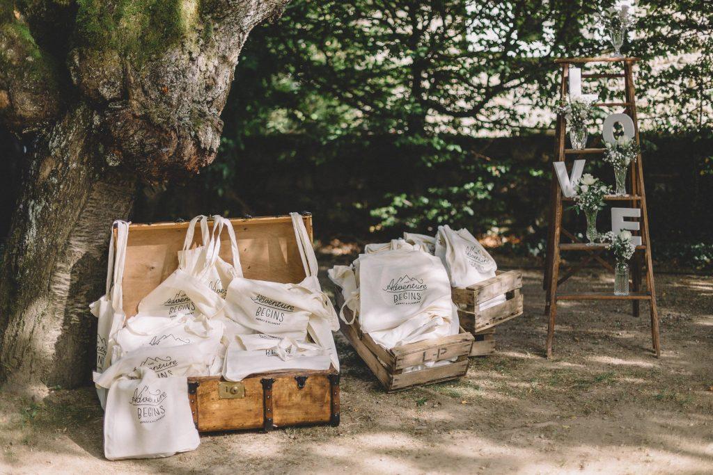 Cadeaux des invités, tote bags,, escabeau ancien, malle vintage, déco de mariage vintage à Lyon